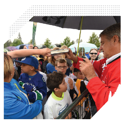 Hockey legend Bobby Orr signs autographs at the event