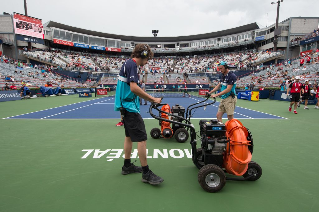 Drying the court during the Rogers Cup Photo: Tennis Canada